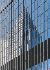 Reflection of 10 Hudson Yards on the east facade of 35 Hudson Yards